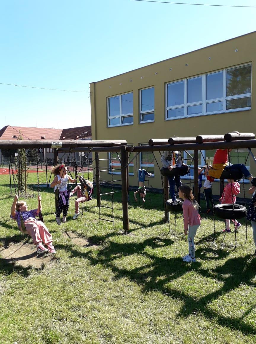 Hrajeme si na školním hřišti